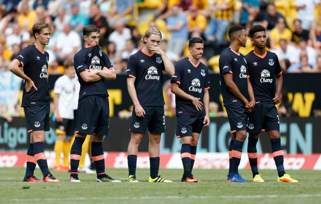 Dejected looking Everton players.