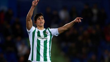 Aissa Mandi organising Real Betis' defence. (Getty Images)