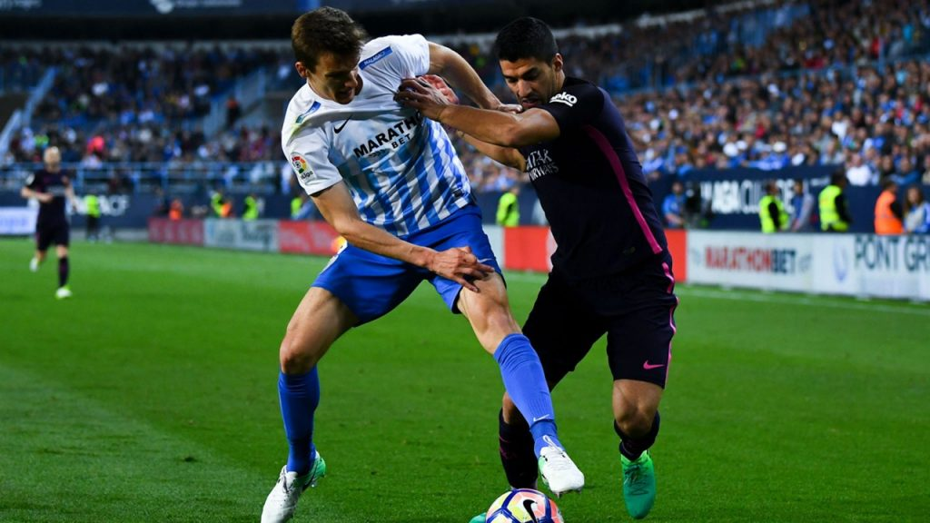 Real Sociedad defender Diego Llorente protects the ball against Barcelona striker Luis Suarez. (Getty Images)