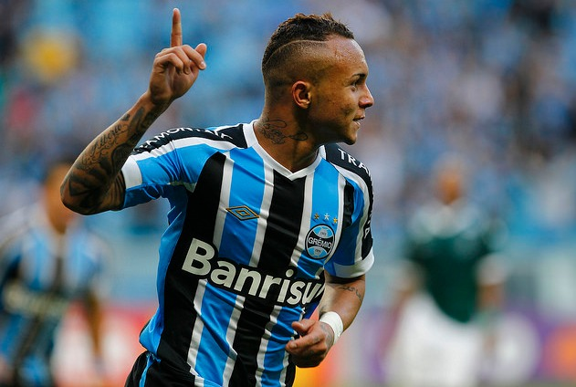 Gremio forward Everton Soares in action.