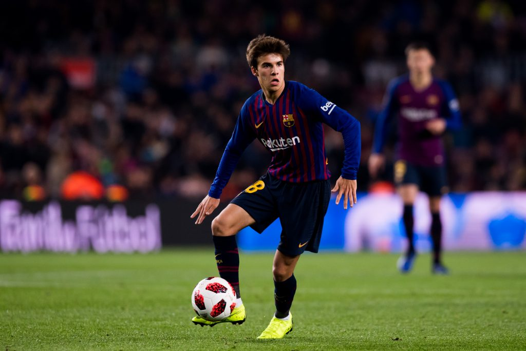 Riqui Puig of FC Barcelona controls the ball during the Copa del Rey fourth-round second leg match between FC Barcelona and Cultural Leonesa at Camp Nou on December 05, 2018 in Barcelona, Spain.
