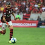 Giorgian de Arrascaeta of Flamengo controls the ball during a match between Flamengo and Santos as part of Brasileirao Series A 2019 at Maracana Stadium. (Getty Images)