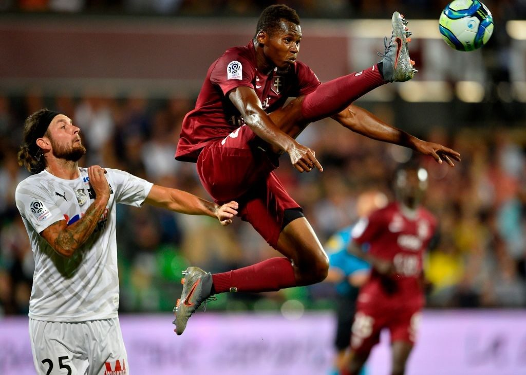 Metz's Senegalese forward Habib Diallo (R) vies with Amiens' French defender Jordan Lefort (Getty Images)