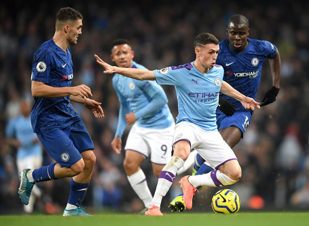 Phil Foden of Manchester City runs with the ball under pressure from Kurt Zouma and Mateo Kovacic of Chelsea during the Premier League match between Manchester City and Chelsea FC at Etihad Stadium. (Getty Images)
