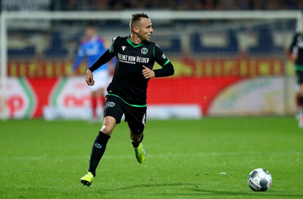 Marvin Bakalorz of Hannover runs with the ball during the Second Bundesliga match between Holstein Kiel and Hannover 96. (Getty Images)