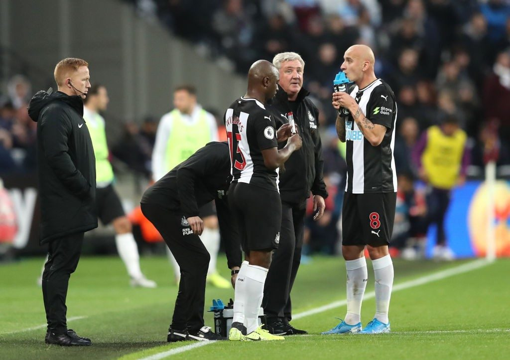Newcastle manager Steve Bruce (second from right) and Shelvey engage in a conversation during a premier league match.