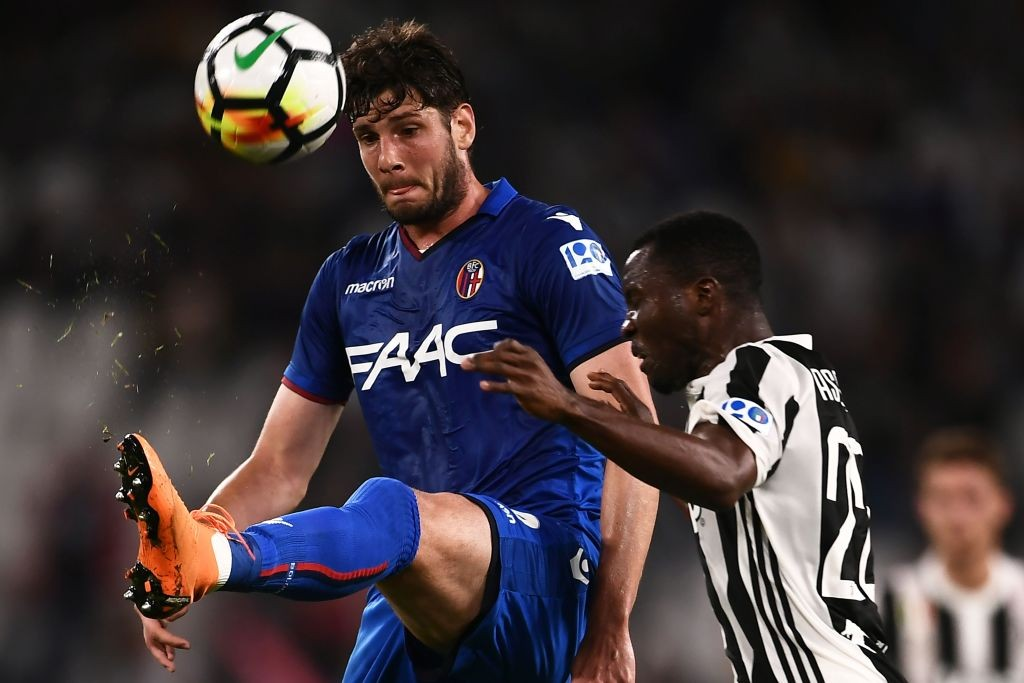 Bologna's forward Felipe Avenatti from Uruguay (L) fights for the ball with Juventus' midfielder Kwadwo Asamoah from Ghana during the Italian Serie A football match between Juventus and Bologna on May 5, 2018 at the Allianz Stadium in Turin. (Getty Images)