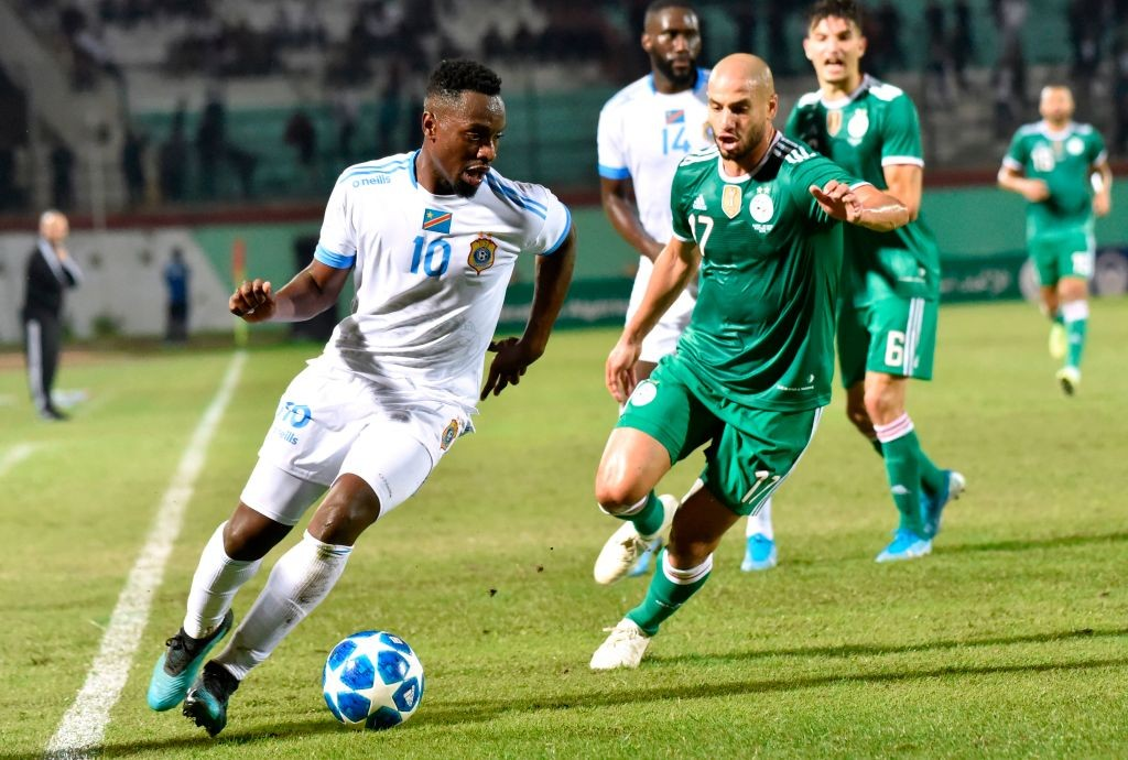 DR Congo's Paul-Jose M'Poku (L) vies for the ball with Algeria's Adlene Guedioura during the friendly football match between Algeria and DR Congo at Mustapha Tchaker stadium in Blida. (Getty Images)