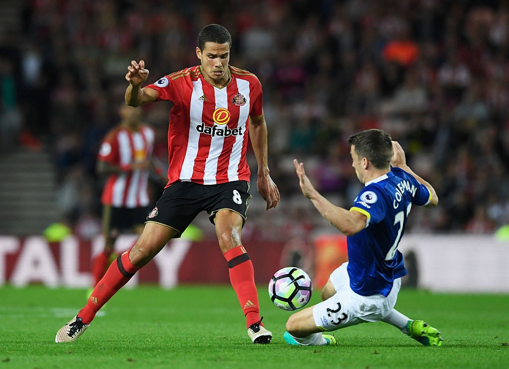 Rodwell playing for Sunderland against Everton.